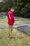 Mężczyzna Żydowskim cmentarzem Fotografia Royalty Free
