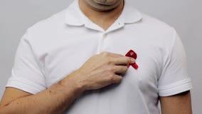 Mężczyzna z czerwonym świadomość faborkiem zdjęcie wideo