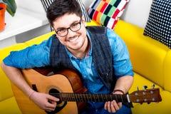 Mężczyzna z gitarą Obrazy Royalty Free