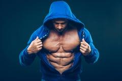 Mężczyzna z mięśniową półpostacią Silni Sportowi mężczyzna Obrazy Royalty Free
