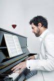 Mężczyzna z pianinem Obrazy Royalty Free