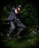 Mężczyzna z pistoletem w Retro kostiumu doskakiwaniu Fotografia Stock
