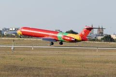 MD-83 in der sehr bunten Livree Stockfoto