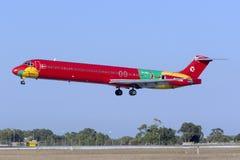MD-83 in der sehr bunten Livree Stockfotografie