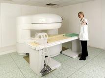 MD giovane nella stanza dello scanner di MRI Immagini Stock