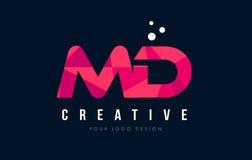 MD M D与紫色低多桃红色三角概念的信件商标 图库摄影