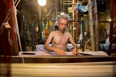 MD Vola 50 Jahre eine Handwebstuhlarbeitskraft Benarashi Palli Lizenzfreies Stockfoto