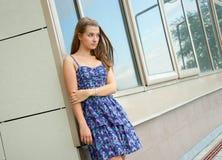 Mädchen außerhalb des Gebäudes Stockfotografie