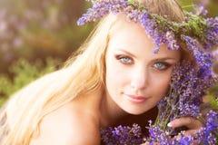 Mädchen auf dem Lavendelfeld Stockbilder