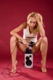 Mädchen auf dem stichhaltigen Lautsprecher Lizenzfreie Stockfotografie