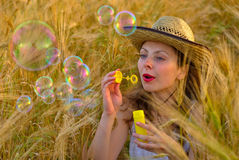 Mädchen auf dem Weizengebiet Lizenzfreies Stockbild