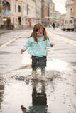 Mädchen auf Straße Stockbild
