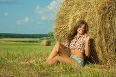 Mädchen auf Strohballen Stockfotografie