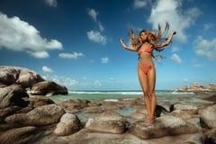 Mädchen auf tropischem Strand Stockfoto