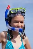 Mädchen betriebsbereit zu schwimmen und zu tauchen Stockfotos