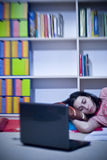 Mädchen, Buch und Laptop Stockbild