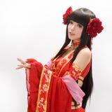 Mädchen chinesischer Art Asiens im roten Trachtenkleidtänzer Stockfoto
