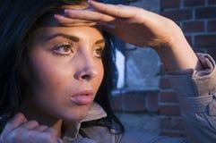Mädchen, das Abstand untersucht Lizenzfreie Stockfotografie