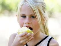 Mädchen, das Apfel isst Lizenzfreies Stockfoto