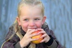 Mädchen, das Apfel isst Lizenzfreies Stockbild