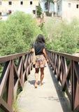 Mädchen, das auf Brücke geht Stockfoto