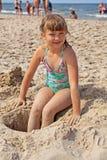 Mädchen, das auf dem Strand spielt Lizenzfreies Stockbild