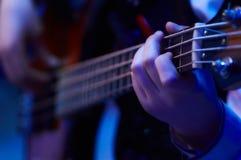 Mädchen, das Bass-Gitarre plaing ist Stockfotografie