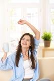 Mädchen, das in der Hand mit Teebecher lacht Lizenzfreies Stockbild