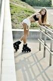 Mädchen, das in die Straße Rollschuh läuft Lizenzfreie Stockfotografie