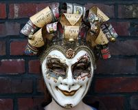 Mädchen, das ein normales Anstarren der venetianischen Karnevalsschablone trägt Lizenzfreie Stockfotografie
