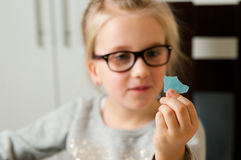 Mädchen, das ein zerrissenes Blatt Papier hält Lizenzfreie Stockfotografie