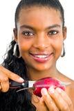 Mädchen, das eine tropische Frucht schneidet Lizenzfreie Stockbilder