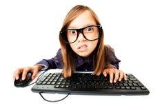 Mädchen, das an einem Computer arbeitet Stockbild