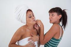 Mädchen, das einem Freund hilft sich zu rasieren Lizenzfreies Stockbild