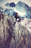 Mädchen, das felsige Berge klettert Stockfoto