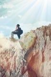 Mädchen, das felsige Berge klettert Stockfotos