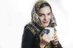 Mädchen, das Geruch des Kaffees genießt Lizenzfreie Stockbilder