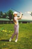 Mädchen, das Golf spielt Stockbilder