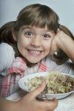 Mädchen, das ihr Mittagessen genießt Stockfotos