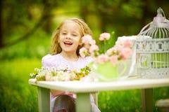 Mädchen, das im Frühjahr Garten spielt Stockbilder