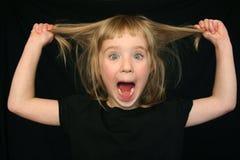 Mädchen, das lustiges Gesicht bildet Lizenzfreie Stockfotografie
