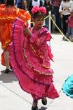 Mädchen, das mexikanisches Kleid tanzt Stockfotos