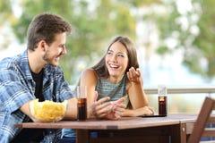 Mädchen, das mit ihrem Freund in einer Terrasse spricht Stockfotos