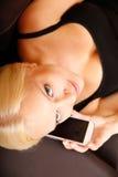 Mädchen, das mit Smartphone spricht Stockfotografie