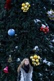 Mädchen, das nahen Tannenbaum steht Lizenzfreie Stockbilder