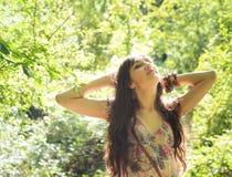 Mädchen, das Natur genießt Lizenzfreies Stockbild