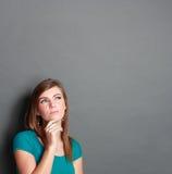 Mädchen, das oben zur Leerstelle schaut Lizenzfreie Stockfotos
