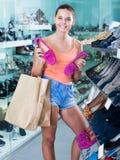 Mädchen, das Paare Schuhe in der Butike wählt Lizenzfreies Stockbild