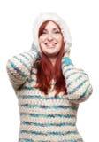 Mädchen, das Pelzhut und Pullover trägt Stockfoto