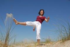 Mädchen, das Sand tritt Lizenzfreies Stockfoto